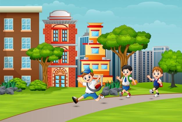 Gelukkige schoolkinderen die op de weg lopen Premium Vector