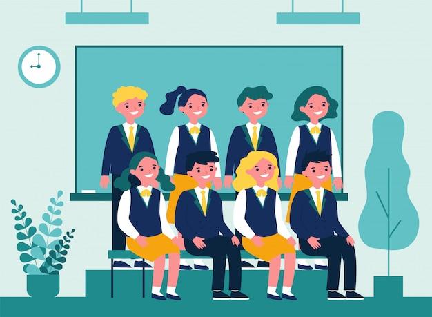 Gelukkige studenten die voor foto in klaslokaal stellen Premium Vector