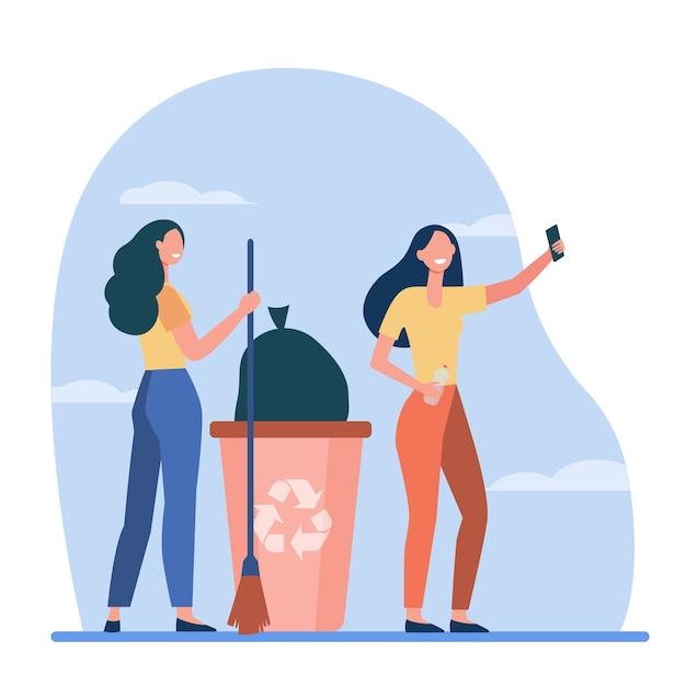 Gelukkige vrijwilligers die vuilnis plukken en selfie maken. vrouwen met bezem, vuilnisbak, recycling van platte vectorillustratie. afvalvermindering, vrijwilligerswerk Gratis Vector