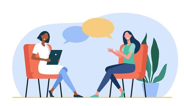 Gelukkige vrouwen die met elkaar zitten en praten. dialoogvenster, psycholoog, tablet vlakke afbeelding Gratis Vector