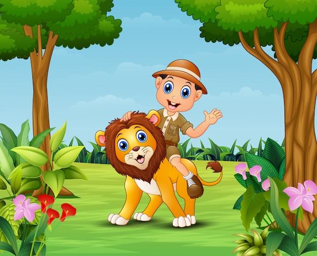 Gelukkige zookeeperjongen en leeuw in een mooie tuin Premium Vector