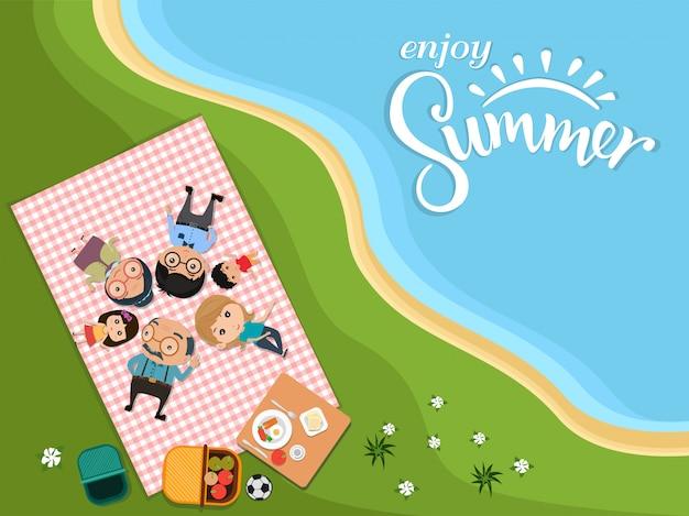 Geniet van de zomer, gelukkige familie picknick buiten moderne vlakke stijl in groene weide bovenaanzicht. vectorillustratie Premium Vector