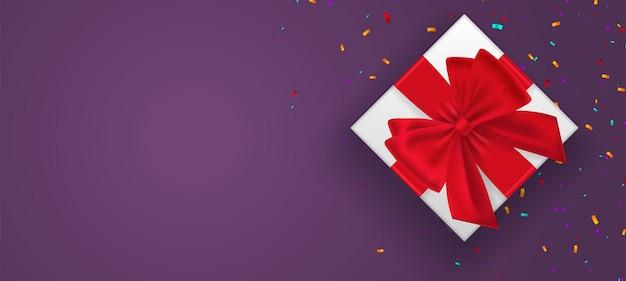 Geschenkdoos versierd met touw boog, rode bessen geïsoleerd op paarse achtergrond vectorillustratie. kerstmis en nieuwjaar banner. bovenaanzicht. kopieer ruimte. kerstvakantie. Premium Vector