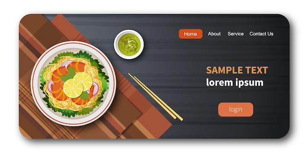 Gezonde verse groentesalade met garnalen en spaghetti Premium Vector