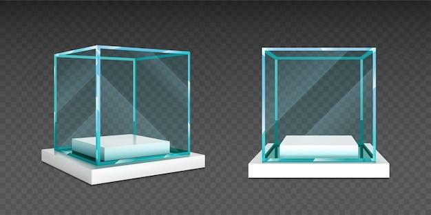 Glazen kubusdoos op witte standaard. Gratis Vector