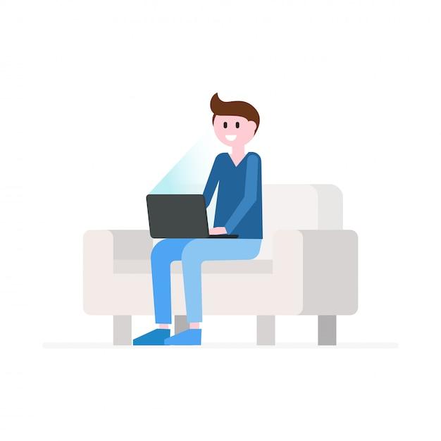 Glimlachende man zittend op de bank met laptop Premium Vector