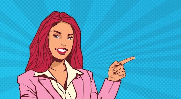 Glimlachende zakenvrouw punt vinger naar copyspace over pop art dot achtergrond retro stijl Premium Vector