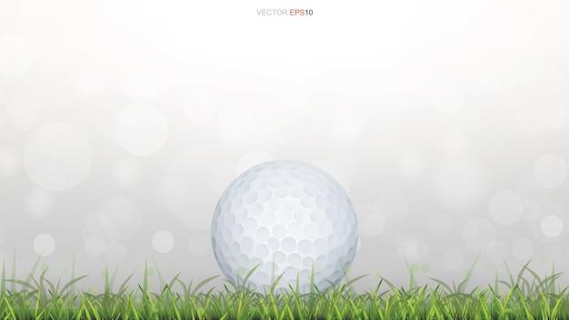 Golfbal op groen grasveld met licht wazig bokeh achtergrond Premium Vector