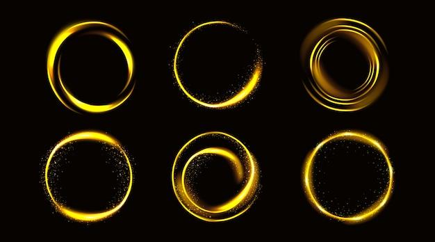 Gouden cirkels met glitters, gouden ronde frames, glanzende randen met glitter of sprookjesstof, gloeiende ringen, geïsoleerde fantasieontwerpelementen realistische 3d-vectorillustratie, set Gratis Vector