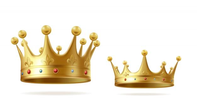 Gouden kronen met edelstenen voor koning of koningin set geïsoleerd op een witte achtergrond. Gratis Vector