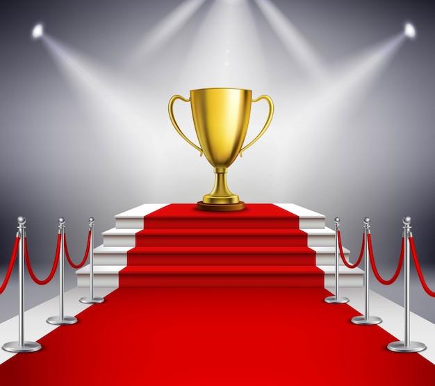 Gouden trofee op witte die treden met rood tapijt worden behandeld en door schijnwerper worden verlicht Gratis Vector
