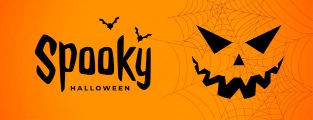Griezelige halloween enge banner met spookgezicht Gratis Vector