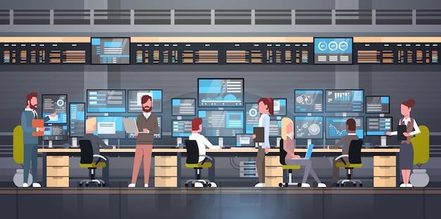 Groep die mensen met beursmonitoring verkoop online handelconcept werken Premium Vector