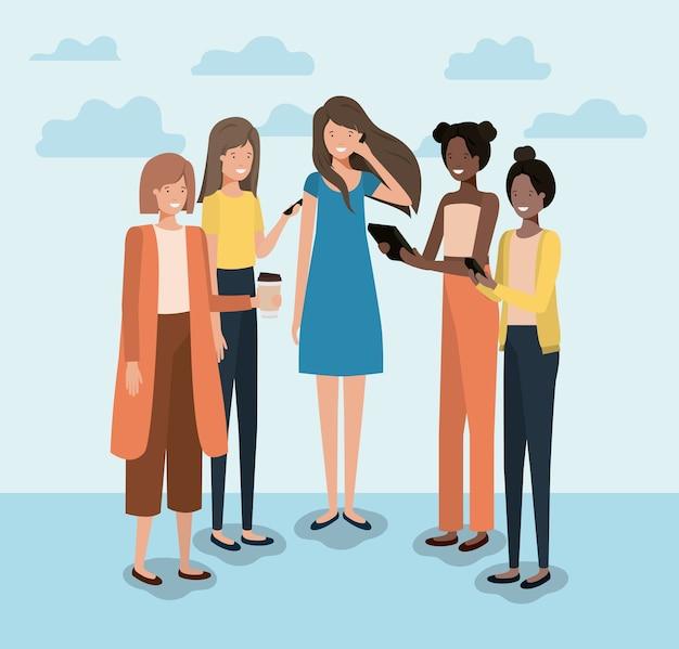 Groep vrouwen die smartphone gebruiken en koffie drinken Premium Vector