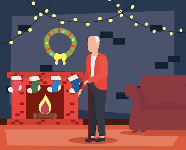 Grootvader in woonkamer met kerstmisdecoratie Gratis Vector