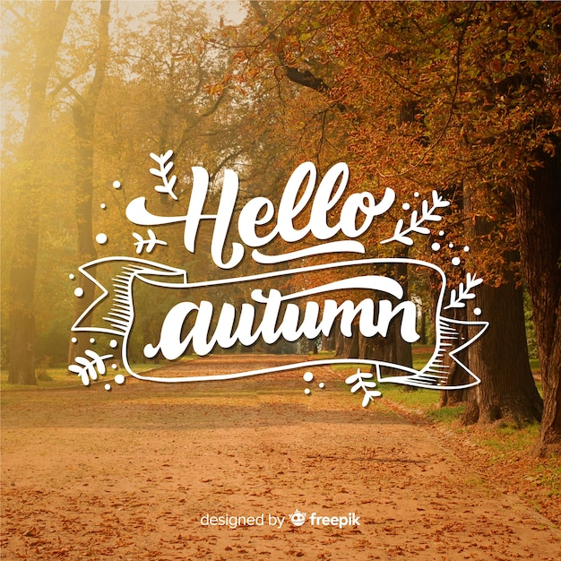 Hallo herfst belettering met foto Gratis Vector