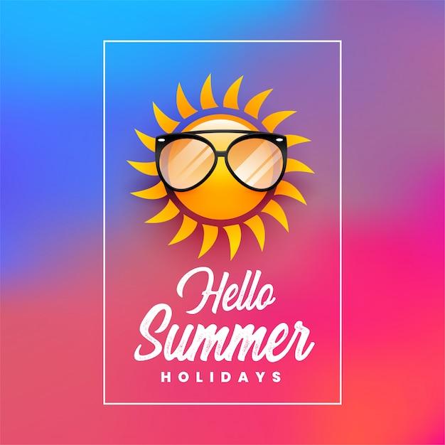 Hallo vakantie affiche zomer met zon draagt een zonnebril Gratis Vector