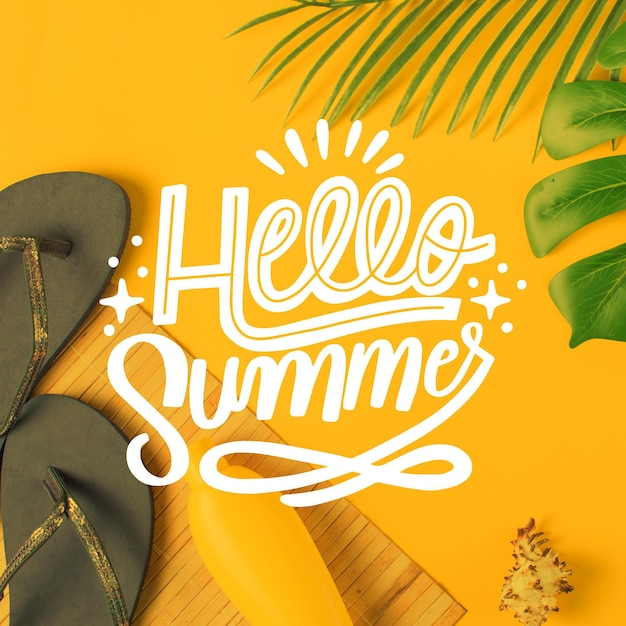 Hallo zomer belettering met slippers Gratis Vector