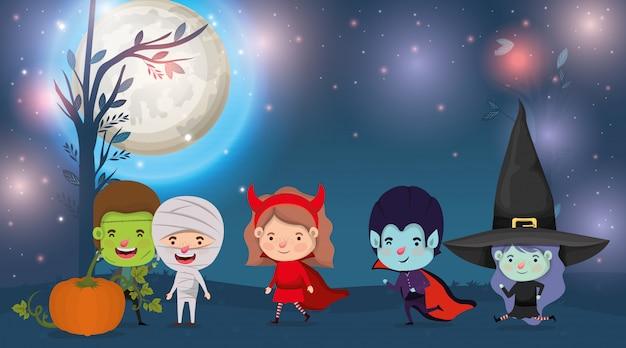 Halloween-kaart met kinderen gekostumeerd in de donkere nachtscène Premium Vector