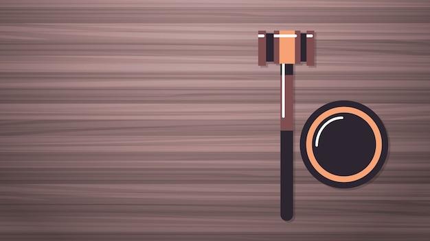 Hamer op houten tafel juridisch recht advies en rechtvaardigheid concept werkplek desk top hoek weergave horizontale vectorillustratie Premium Vector
