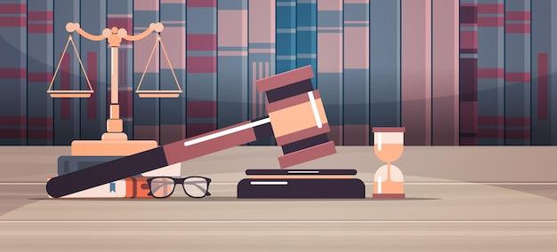 Hamer schalen en rechter boek op houten tafel juridisch recht advies en rechtvaardigheid concept werkplek bureau horizontale vectorillustratie Premium Vector