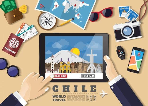 Hand die slimme tablet het boeken reisbestemming houden beroemde plaatsen van chili. Premium Vector