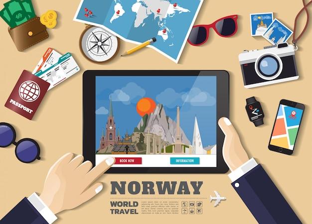 Hand die slimme tablet het boeken reisbestemming houdt. noorwegen beroemde plaatsen Premium Vector
