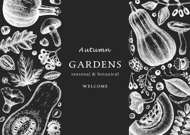 Hand geschetst herfst op schoolbord. elegante en trendy botanische sjabloon met herfstbladeren, pompoenen, bessen, paddestoelen schetsen. perfect voor uitnodiging, kaarten, flyers, menu, verpakking. Premium Vector