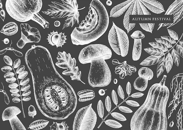 Hand geschetst herfst op schoolbord. elegante en vintage botanische sjabloon met herfstbladeren, pompoenen, bessen, zaden, vogelschetsen. perfect voor uitnodiging, kaarten, flyers, menu, verpakking. Premium Vector