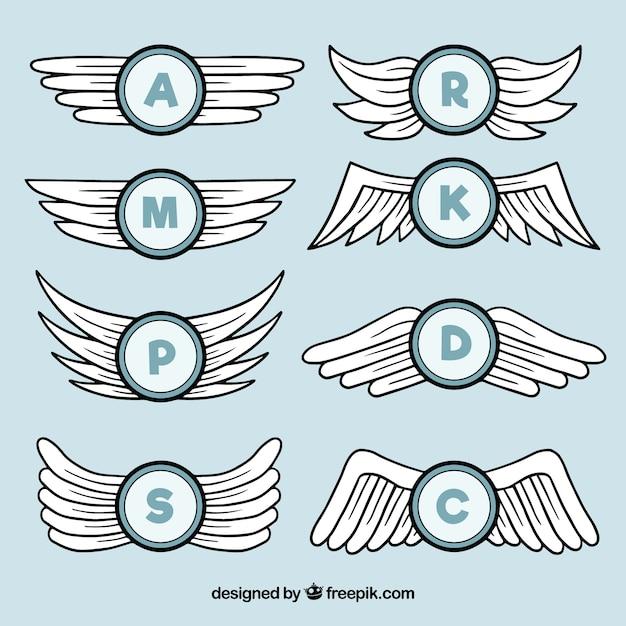 Hand getekende vleugels met initialen Gratis Vector