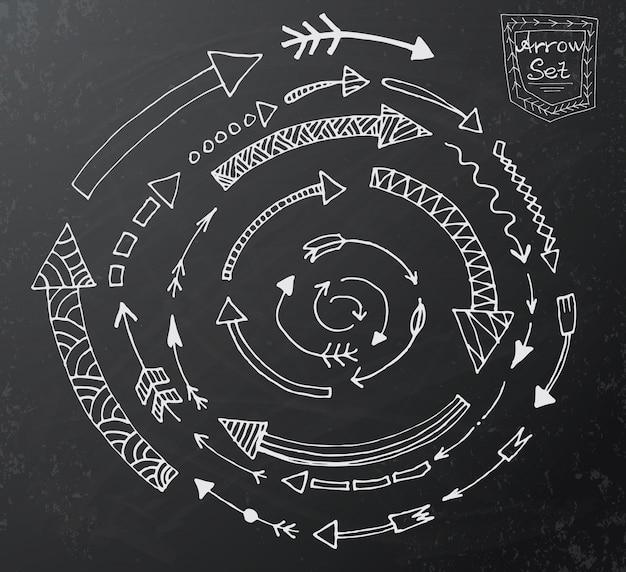 Hand getrokken pijlpictogrammen ingesteld op zwart schoolbord Premium Vector