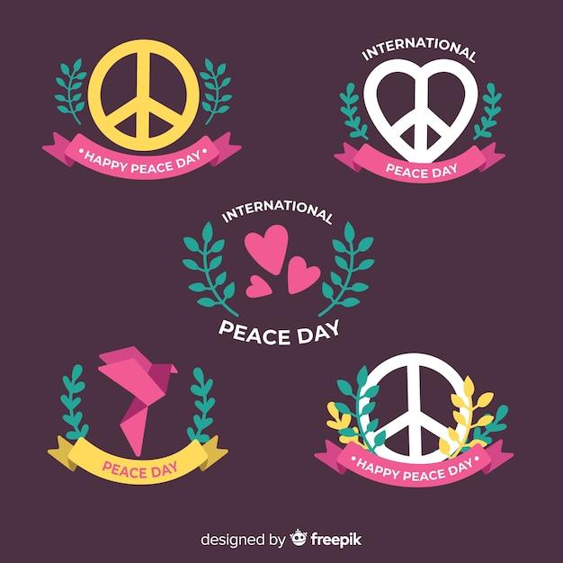 Hand getrokken vrede dag badge collectie Gratis Vector
