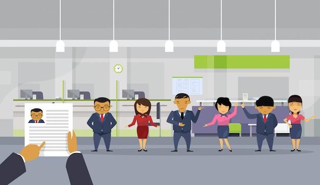 Hand hold cv hervatten zakenman kiezen uit groep van aziatische mensen uit het bedrijfsleven Premium Vector