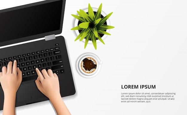 Hand typen op de laptop met plant en kopje koffie bovenaanzicht op het bureau Premium Vector