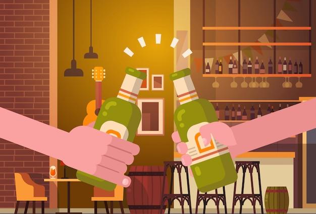 Handen die biermensen in bar of barrestaurant hetjuichen het concept van het de vieringsfestival van de partijjuichen Premium Vector