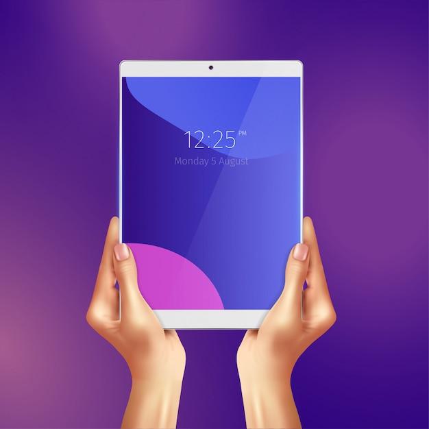 Handen die realistische witte tablet met datum en tijd houden bij het schermillustratie Gratis Vector