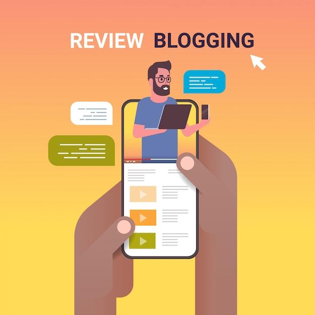 Handen met behulp van smartphone met technologie blogger op scherm man testen van nieuwe mobiel review bloggen concept vlogger uitleggen digitale gadget functioneel portret online mobiele app Premium Vector