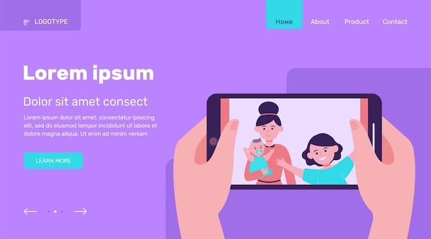 Handen met telefoon met familiefoto. vrouw, moeder, kinderen platte vectorillustratie. technologie en relatie concept websiteontwerp of bestemmingswebpagina Gratis Vector