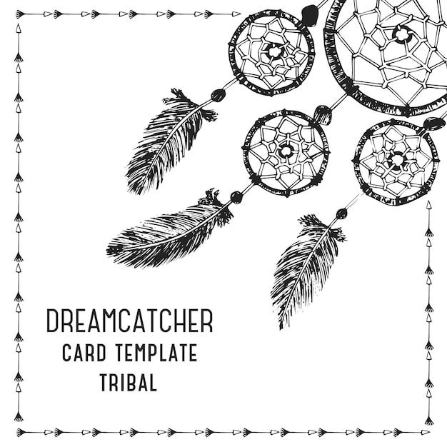 Handgetekende met inkt dreamcatcher met veren. etnische illustratie, tribale, traditionele symbool van de indianen. kaartsjabloon. Gratis Vector