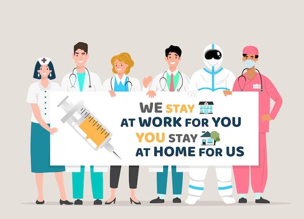 Happy doctor team met bord, covid-19 citaten. wij blijven voor u aan het werk, u blijft thuis voor ons, covid-19 corona-virusuitbraak. Premium Vector