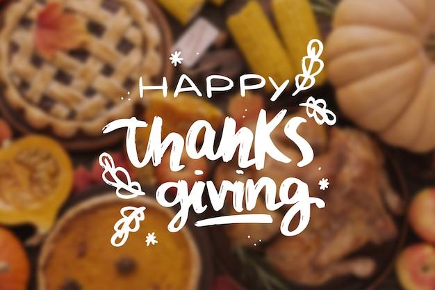 Happy thanksgiving belettering op onscherpe achtergrond Gratis Vector