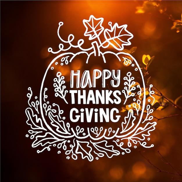 Happy thanksgiving belettering op wazig behang Gratis Vector