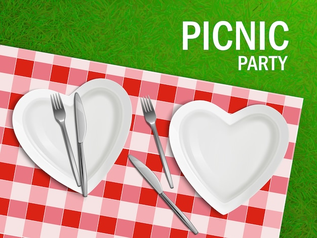 Hartvormige plaat op tafelkleed en groen gras Gratis Vector