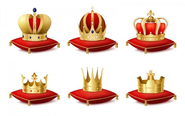 Heraldische koninklijke kronen op kussens realistische set Gratis Vector