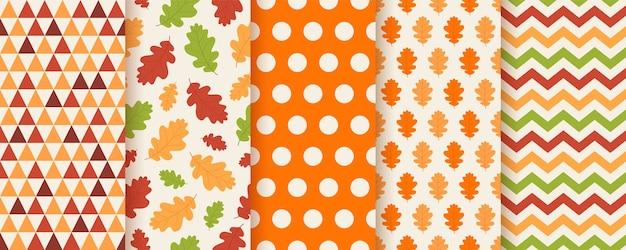 Herfst patroon met herfst eikenbladeren, polka dot, zigzag en driehoek. stel seizoensgebonden geometrische texturen in. Premium Vector