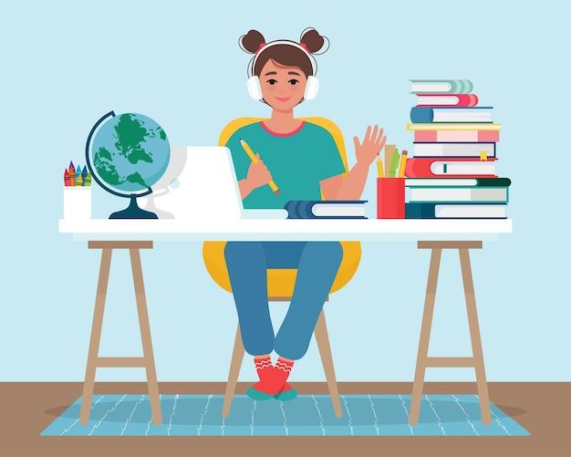 Het glimlachende meisje in hoofdtelefoons heeft online leren met behulp van laptop. online onderwijs met meisje dat thuis met computer studeert. illustratie in vlakke stijl Premium Vector