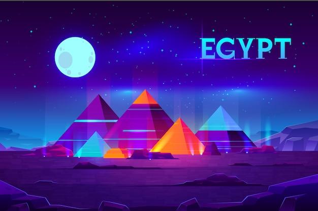 Het plateau van giza nigh landschap met de egyptische complexe verlichtte pharaohspiramides Gratis Vector