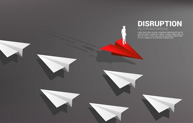 Het silhouet die van zakenman zich op rood origamidocument vliegtuig bevinden gaat verschillende manier van groep wit. businessconcept van verstoring en visie missie. Premium Vector