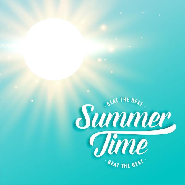 Hete zonnige de zomerachtergrond met heldere zonstralen Gratis Vector