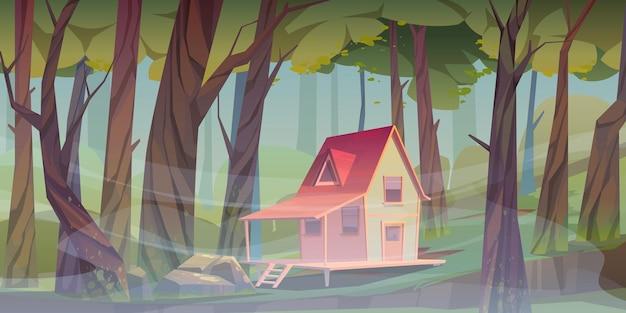Houten huis in bos met ochtendmist. forester shack. vector cartoon zomer landschap van houten dorp, cottage of boerderij met veranda, groen gazon, grote bomen en mist Gratis Vector